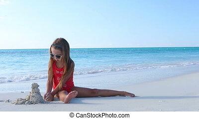 petite fille, exotique, sable, confection, plage château, jouer