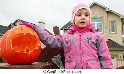 petite fille, halloween, citrouille, bonbon, chewes