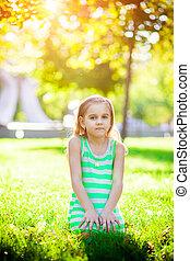 petite fille, herbe, séance