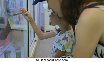 petite fille, mère, musée