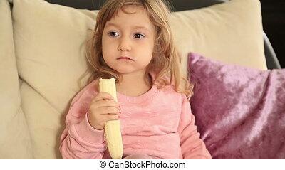 petite fille, mignon, manger, banane