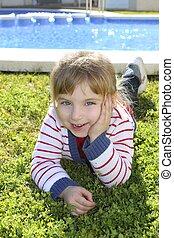 petite fille, poser, herbe, blonds, piscine, pose