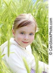 petite fille, pré, heureux, asseoir, pointes, blonds, vert