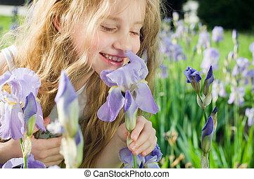 petite fille, sentir, fleur