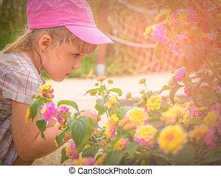 petite fille, sentir, fleurs
