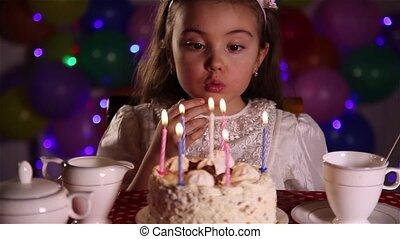 petite fille, souffler, bougies, dehors
