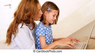 petite fille, utilisation, elle, ordinateur portable