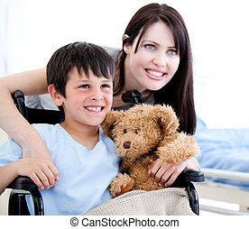 petite mère, fauteuil roulant, garçon, sourire, sien
