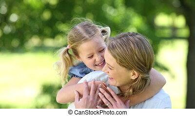 petite mère, girl, étreindre, heureux
