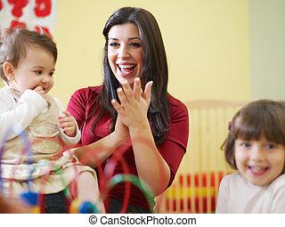 petites filles, deux, jardin enfants, enseignante