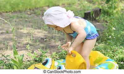 peu, arrosage, maillot de bain, eau, boîte, girl, plage, jouer