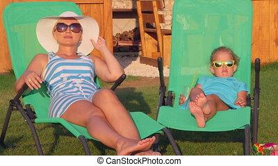 peu, boisson, fille, séance, canapés soleil, mère, arrière-cour