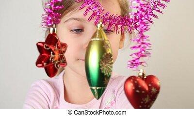 peu, décoration, examiner, hang., girl, noël-arbre