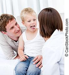 peu, docteur, père, mignon, femme, garçon, examiner, sien