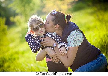 peu, elle, parc, mère, baisers, girl