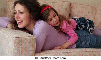 peu, elle, sofa, dos, mensonges, closeup, mère, girl, mouvements, tête, chanter, vue