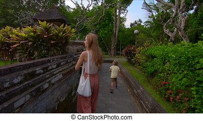 peu, femme, coup, taman, elle, visiter, bali, île, royal, jeune, fils, steadicam, slowmotion, ayun, palais