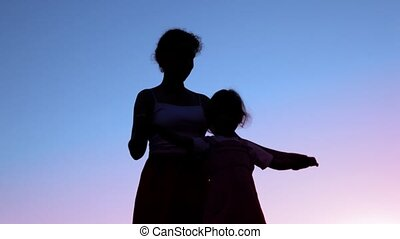 peu, fille, elle, mère, tenant mains