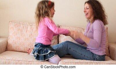 peu, fille, elle, sofa, mère, saut, mains, prise