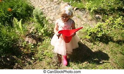 peu, jardin, arrosage, marche, boîte, girl, rouges