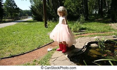 peu, jardin fleur, bottes, caoutchouc, girl