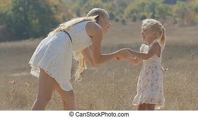 peu, lent, fille, elle, étreindre, mouvement, champ, rire, maman, baisers