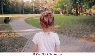 peu, lent, or, foire, lueur, marche, dos, cheveux, park., brioche, mo, sun., girl, a, route, vue