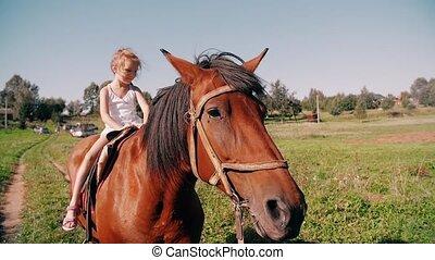 peu, lent, pays, ensoleillé, cheval, day., sourire, elle, mo, équitation, girl, fun., avoir, route, heureux