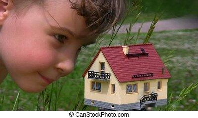 peu, maison jouet, figure, regarder, girl