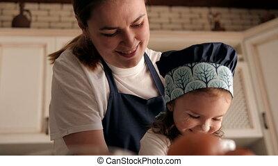 peu, maison, mère, fille, portrait, heureux, kitchen., elle
