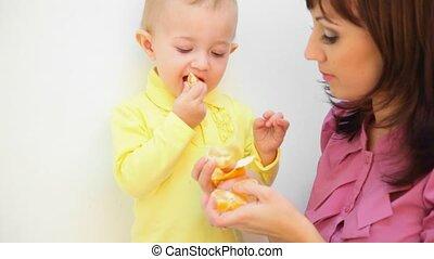 peu, manger, elle, jeune, contre, fils, fond, mère, orange, blanc