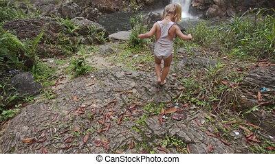 peu, pierre, surface, élevé, cascade, chute eau, contre, promenades, girl