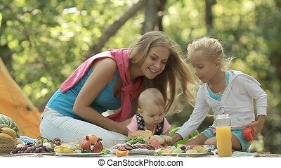 peu, pique-nique, jeune, mère, fille bébé, jouer