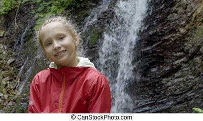 peu, regarder, appareil photo, forêt, girl, calme