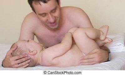 peu, sien, chatouillements, moins, baisers, après, père, deux, lit, années, sleeping., son., ils, bébé, old., que, poser