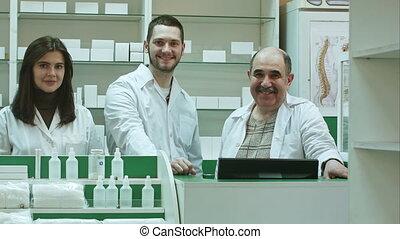 pharmaceutique, regarder, appareil photo, portrait équipe, sourire