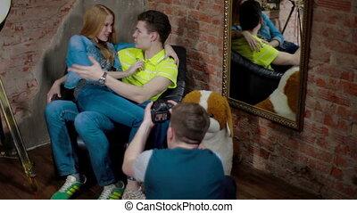 photo, couple, jeune, derrièrede la scène, rire, tir
