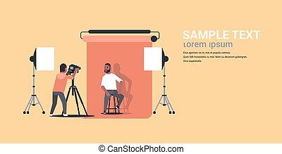 photo, moderne, poser, chaise, tir, espace, photographe, américain, homme appareil-photo, plat, entiers, business, séance, studio, usure, utilisation, horizontal, copie, formel, longueur, africaine, professionnel, modèle