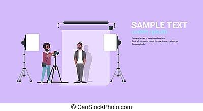 photo, moderne, poser, tir, espace, photographe, américain, homme appareil-photo, plat, entiers, business, studio, usure, utilisation, horizontal, copie, formel, longueur, africaine, professionnel, modèle