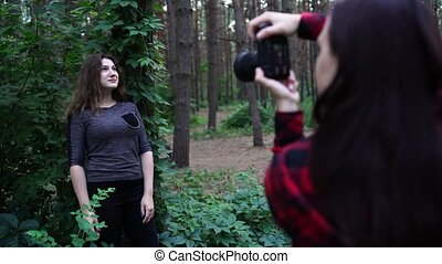 photographe, femme, poser, forêt, femme