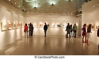 photographies, groupe, jeunes hommes, regarde, salle, exposition
