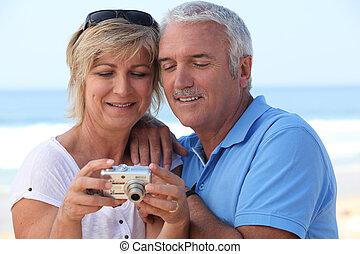 photos, couple, regarder, leur, appareil photo, mûrir, numérique