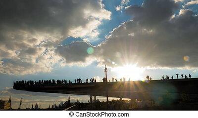 piéton, contre, dramatique, pont, ciel, gens marcher, silhouettes, flotter