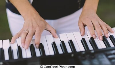 piano, femme, jouer, mains