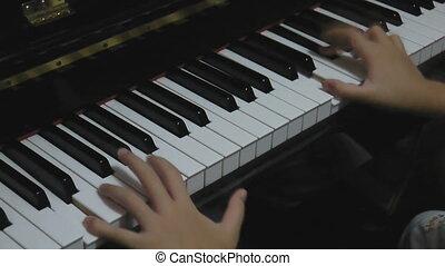 piano joue, mains
