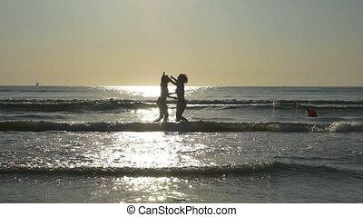 pieds, lent, étreindre, eau, leur, rivage, petites amies, plage, mouvement, sablonneux