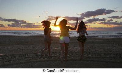 pieds, vers, obtenir, filles, euphorique, eau, leur, courant, mer, levers de soleil