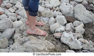 pierres, étape, pieds, rivage, nu, femme