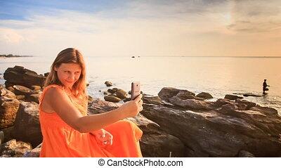 pierres, mer, selfie, coucher soleil, blonds, girl, assied, marques, rouges