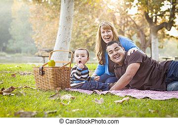 pique-nique, famille, parc, course, ethnique, mélangé, avoir, heureux